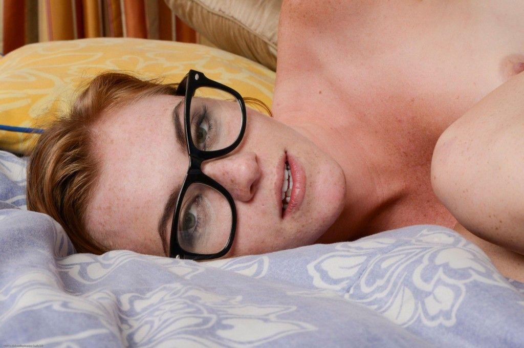 Gostosa de óculos tirou fotos pelada