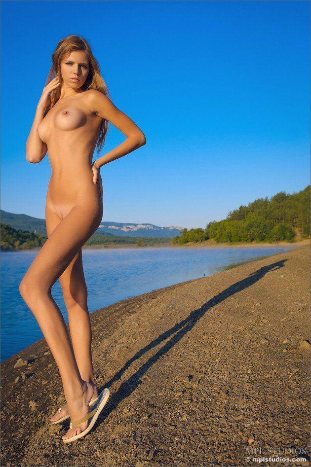 Loira gata mostra buceta virgem e peitos bronzeados