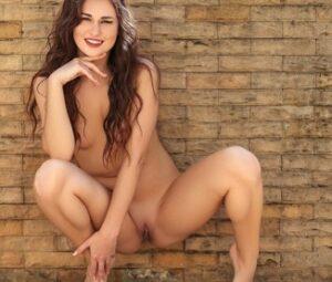 Morena rica faz ensaio sensual mostrando a xoxota