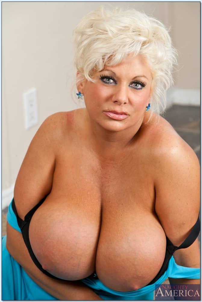 coroa gordinha gostosa com peitoes grandes fazendo ensaio sensual com fotos nuas 4 - Coroa gordinha gostosa com peitões grandes fazendo ensaio sensual com fotos nuas