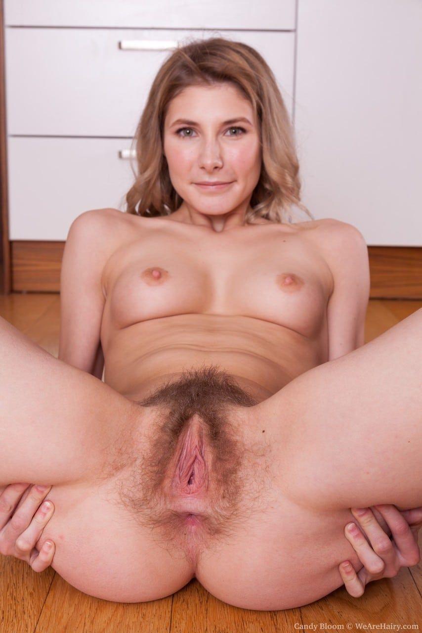 Dona de casa com buceta peluda aberta no chão da cozinha