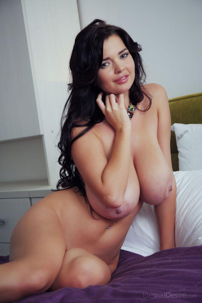 foto de mulher pelada toda nua exibindo os peitoes e a buceta lisinha 9 - Foto de mulher pelada toda nua exibindo os peitões e a buceta lisinha