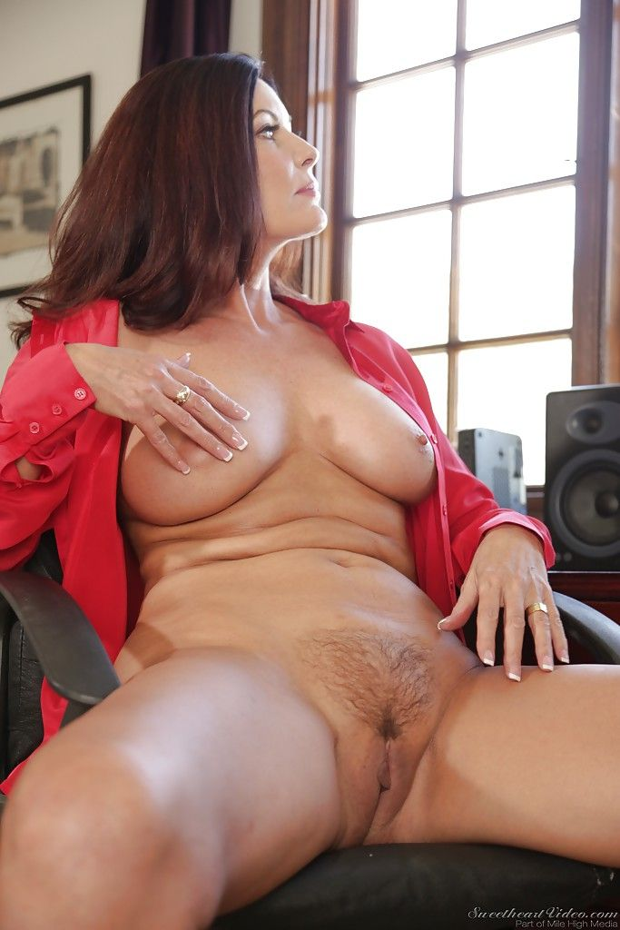 Fotos de coroa pelada gostosa mostrando o bucetão top que tem