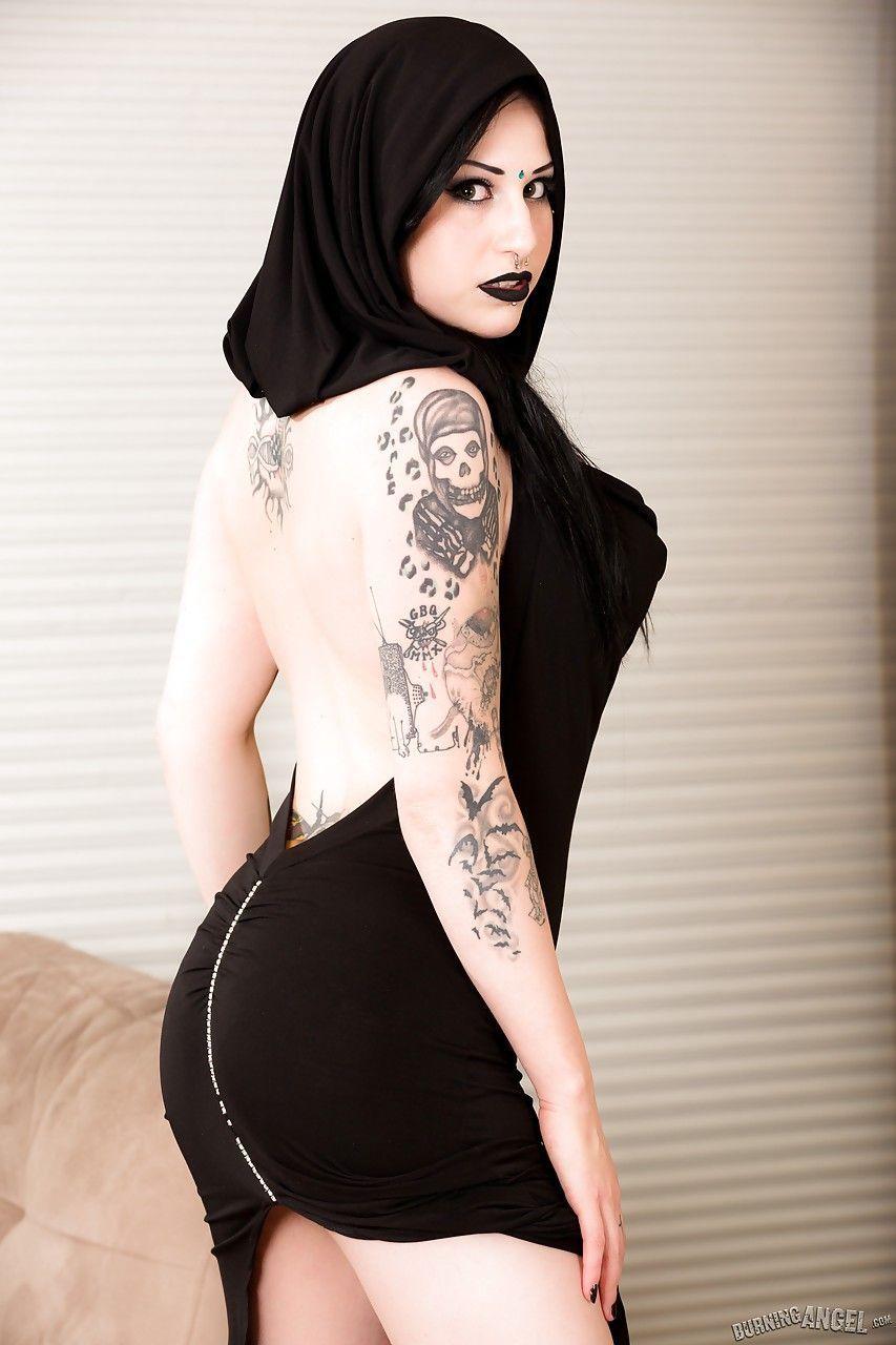 fotos de mulher pelada gotica toda branquinha e cheia de tatuagens 1 - Fotos de mulher pelada gótica toda branquinha e cheia de tatuagens