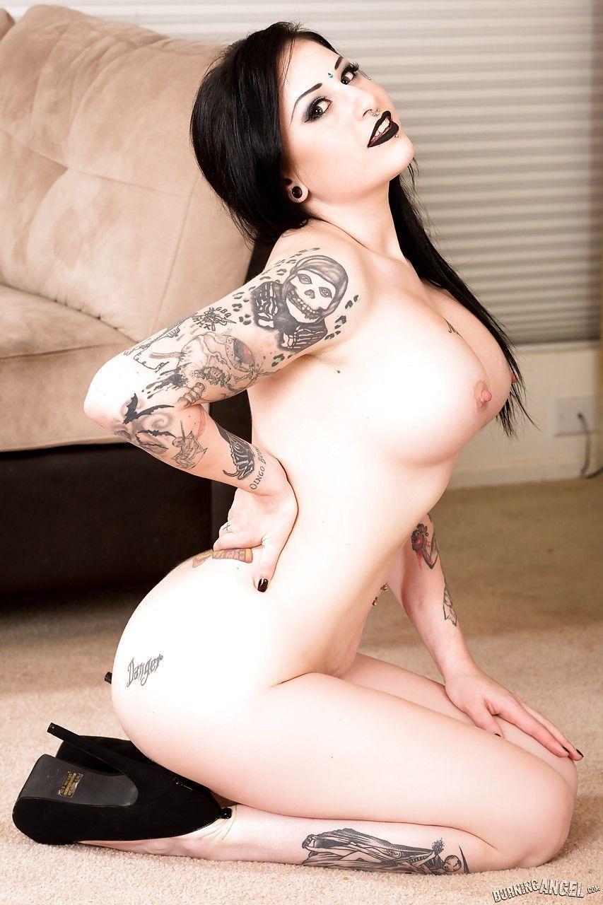fotos de mulher pelada gotica toda branquinha e cheia de tatuagens 10 - Fotos de mulher pelada gótica toda branquinha e cheia de tatuagens