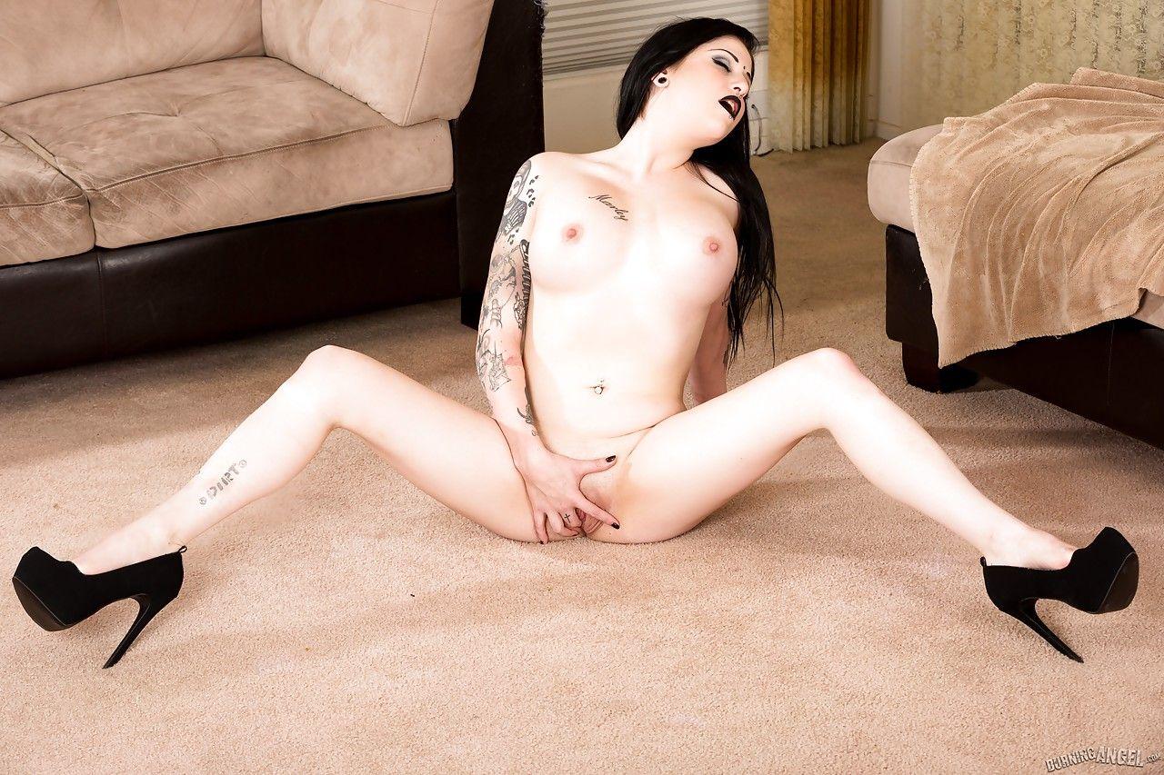 fotos de mulher pelada gotica toda branquinha e cheia de tatuagens 15 - Fotos de mulher pelada gótica toda branquinha e cheia de tatuagens