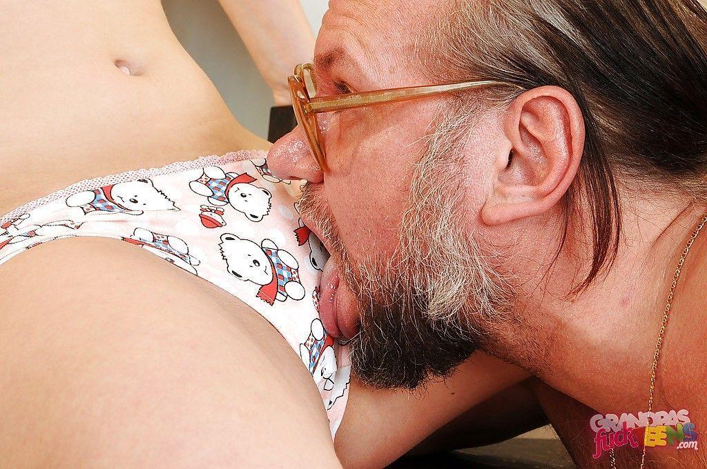 fotos de porn incesto com padrasto comendo enteada novinha safada ate gozar na boca dela 5 - Fotos de pornô incesto com padrasto comendo enteada novinha safada até gozar na boca dela