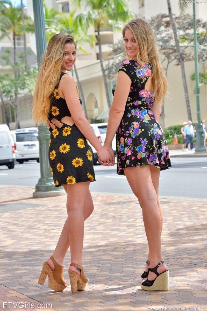 loiras lindas tirando fotos na rua 18 - Loiras Lindas Tirando Fotos na rua
