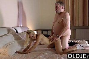 Filha com tesão pedindo piru pro seu pai gordinho