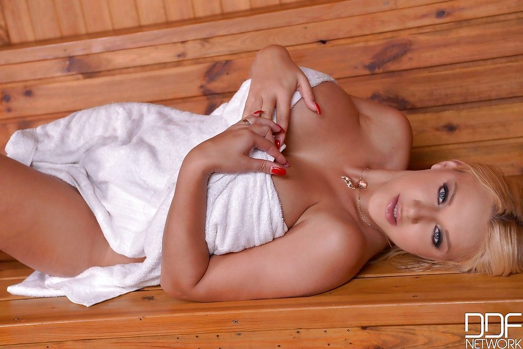 fotos de loira peituda da cam4 se exibindo pelada e se masturbando bem gostosa 1 - Fotos de loira peituda da cam4 se exibindo pelada e se masturbando bem gostosa