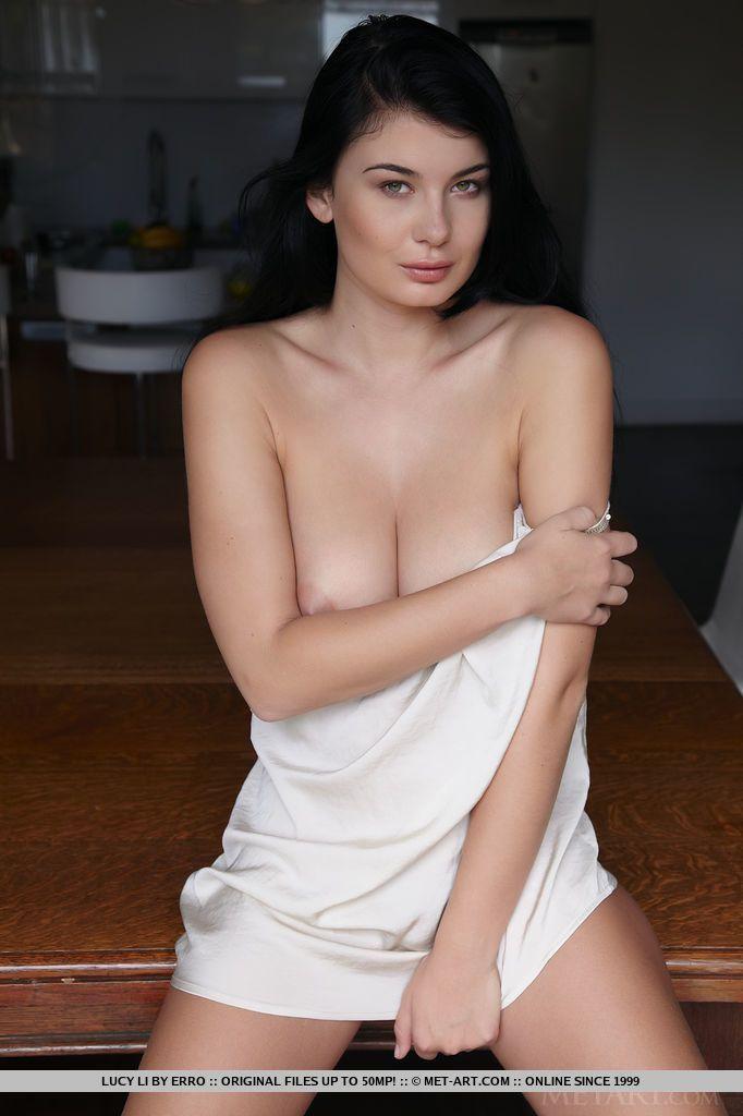 Fotos peladas de uma gata peituda famosa de filmes pornô