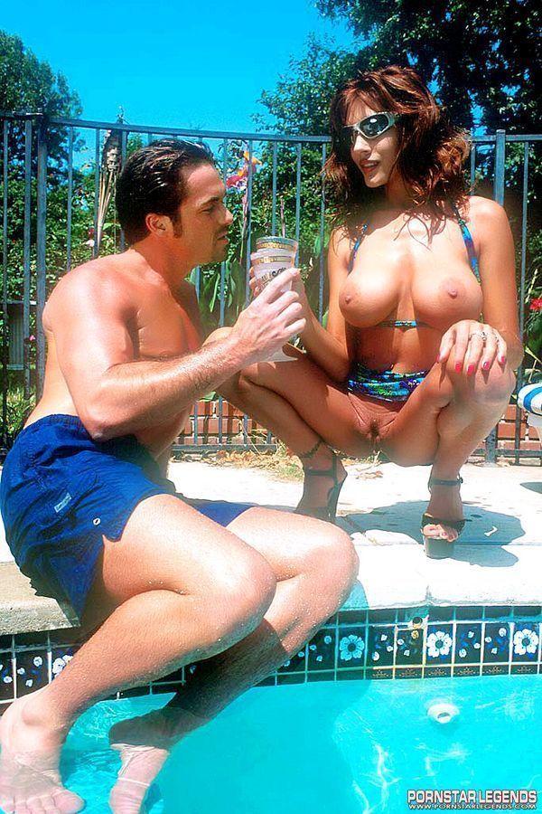 mulher gostosa com seios lindos transando pelada na piscina 1 - Mulher gostosa com seios lindos transando pelada na piscina