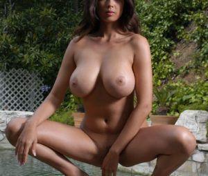 Peituda sexy se exibindo toda arreganhada para fotos eróticas