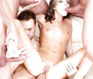 Fotos de putaria com novinha magrinha fazendo orgia