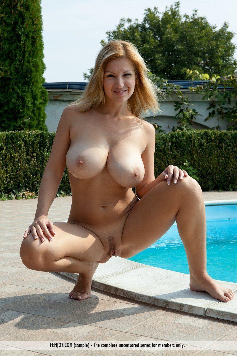 mulher casada peituda em fotos eroticas na piscina de casa 6 - Mulher casada peituda em fotos eróticas na piscina de casa