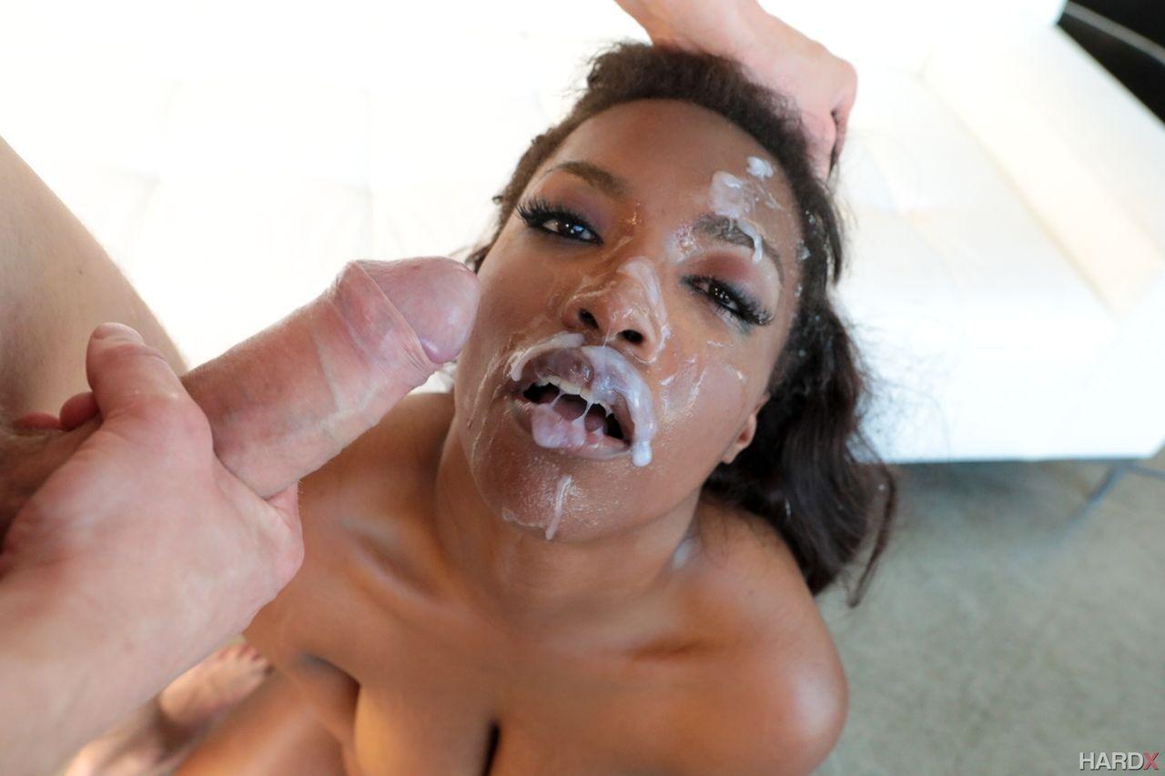 Mulher negra pelada dando sua bunda grande em fotos picantes