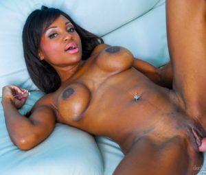 Negra gostosa fodendo pelada em fotos de sexo gostoso