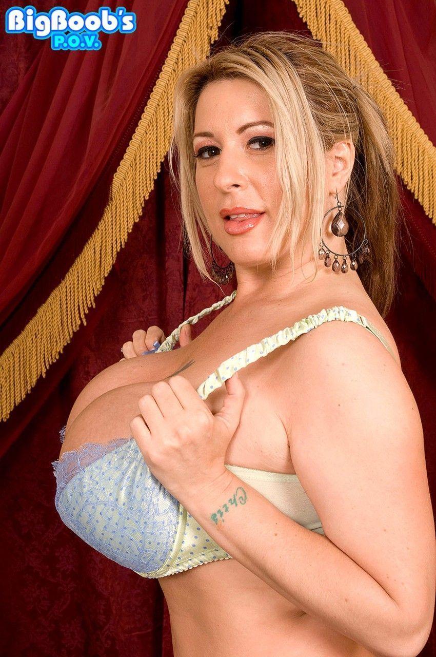 Gostosa pelada em fotos de sexo dando a buceta carnuda lisinha