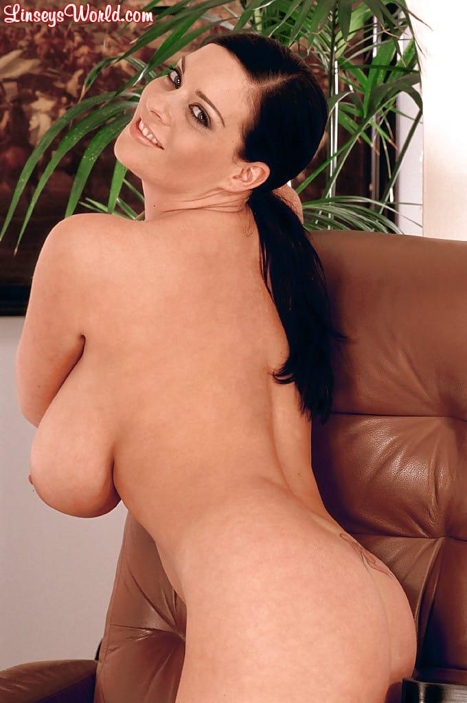 modelo porn peituda se exibindo nua em fotos excitantes 12 - Modelo pornô peituda se exibindo nua em fotos excitantes