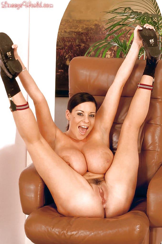 modelo porn peituda se exibindo nua em fotos excitantes 9 - Modelo pornô peituda se exibindo nua em fotos excitantes
