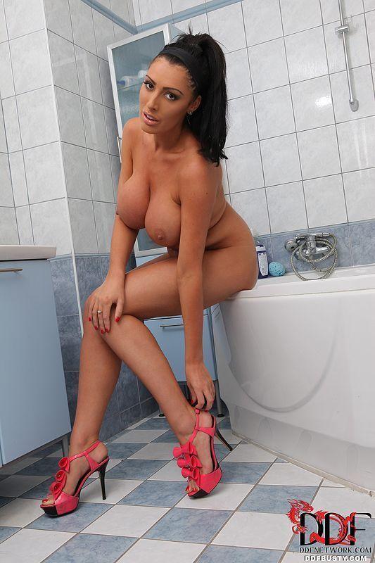 redtub fotos hd de mulher peituda tomando banho 8 - Redtub fotos HD de mulher peituda tomando banho