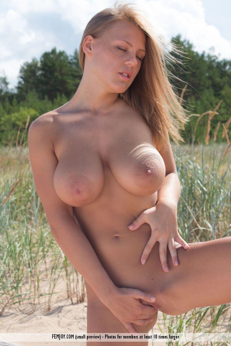loira sexy com peitoes lindos posando para fotos de nudez 4 - Loira sexy com peitões lindos posando para fotos de nudez