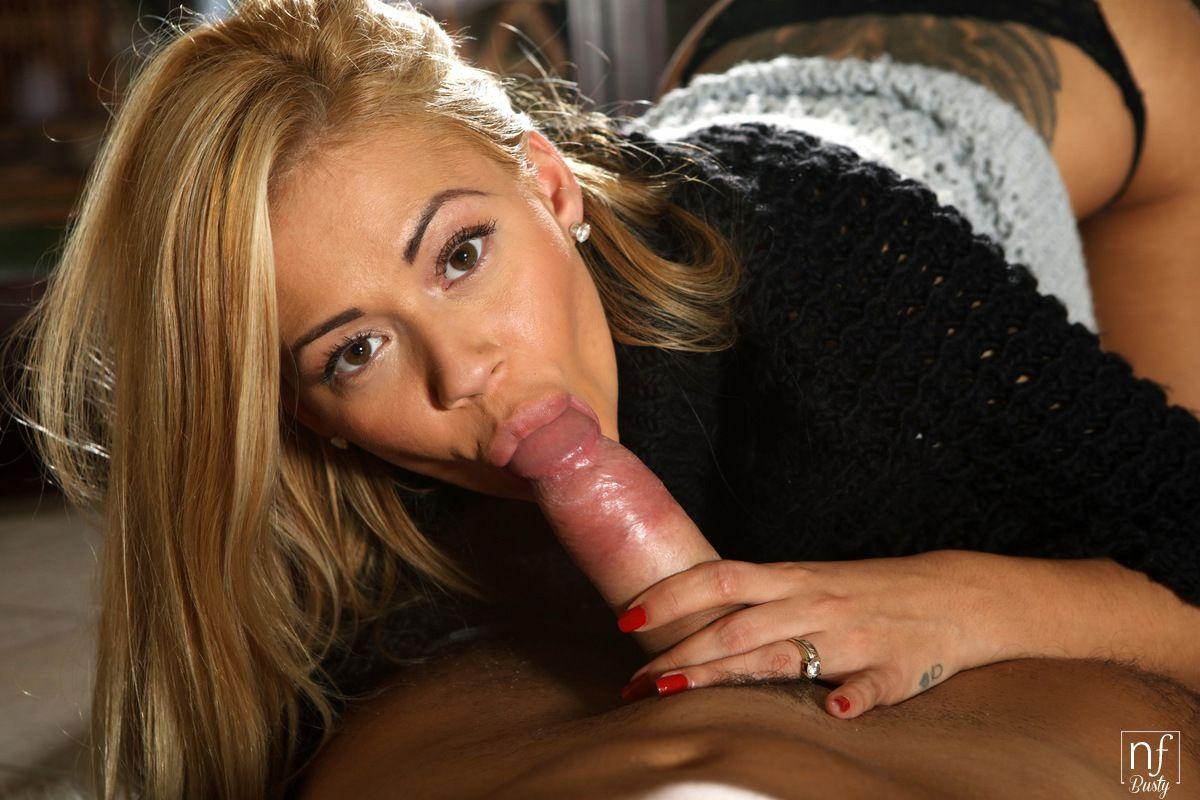 loira gostosa sexy com peitoes lindos em fotos picantes de porn 3 - Loira gostosa sexy com peitões lindos em fotos picantes de pornô