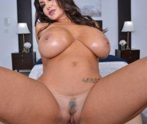 Morena gostosa com peitões grandes em fotos de sexo quente