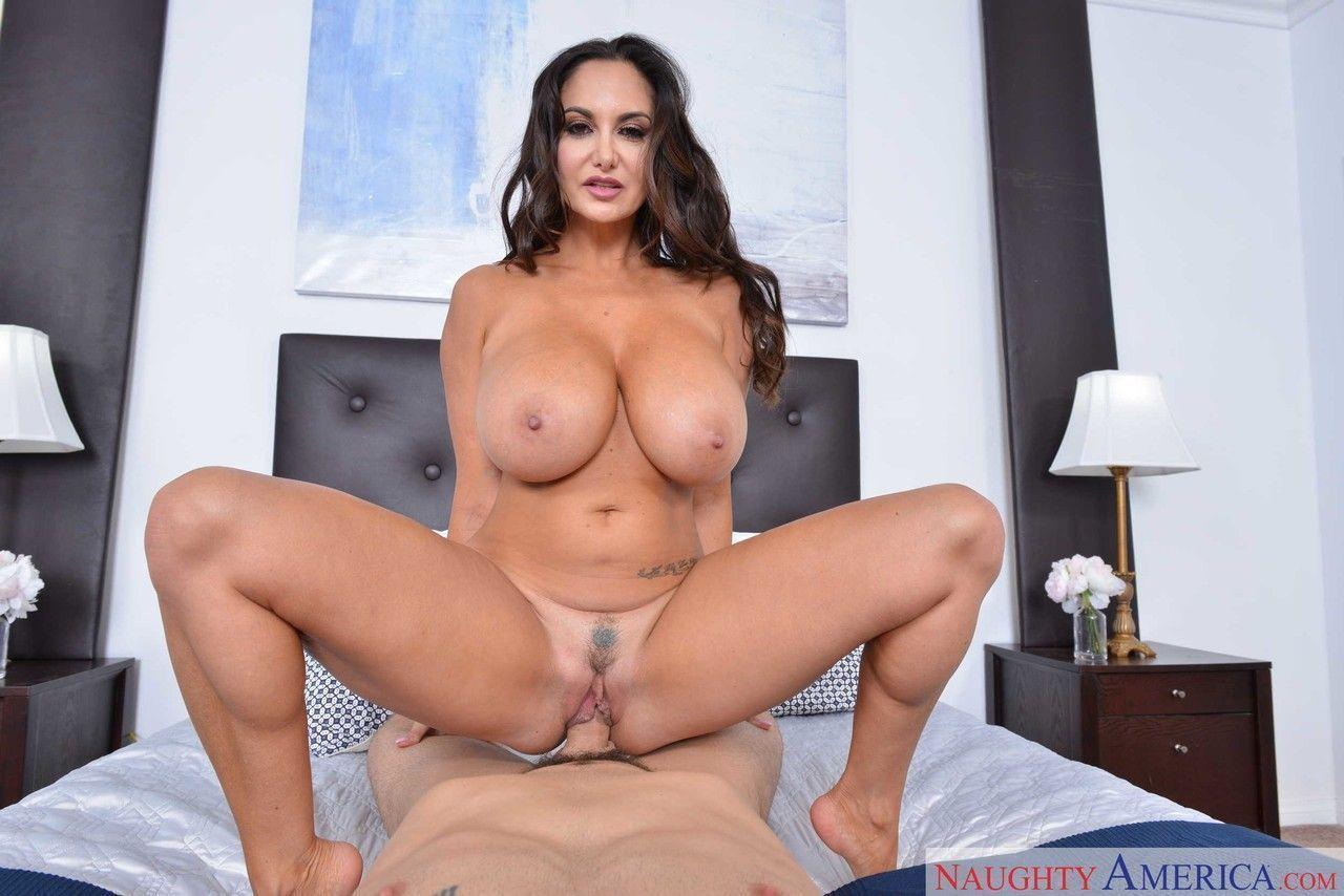 morena gostosa com peitoes grandes em fotos de sexo quente 14 - Morena gostosa com peitões grandes em fotos de sexo quente