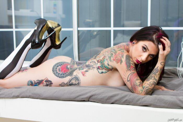 4 7 700x467 - As mulheres tatuadas do pornô