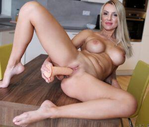 Fotos mulher gostosa toda pelada brincando com consolo