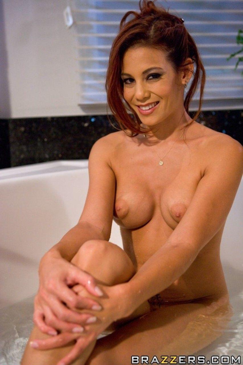 ruiva peituda provocante em ensaio sensual na banheira 1 - Ruiva peituda provocante em ensaio sensual na banheira