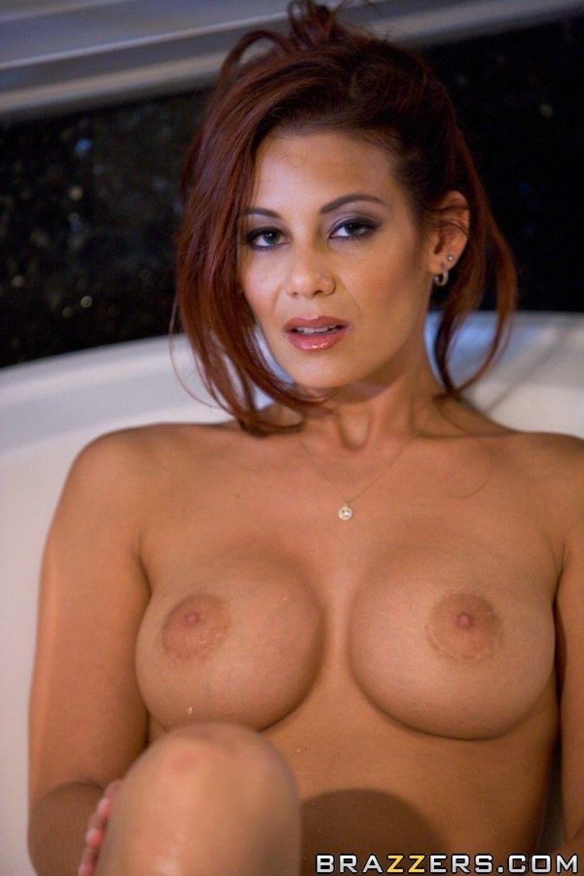 ruiva peituda provocante em ensaio sensual na banheira 2 - Ruiva peituda provocante em ensaio sensual na banheira