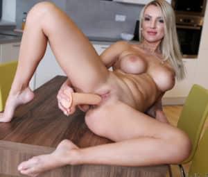 Fotos grátis HD de loira peituda masturbando a buceta