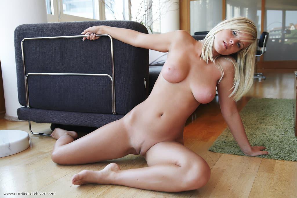 Loira novinha gostosa em fotos de nudez bem provocantes