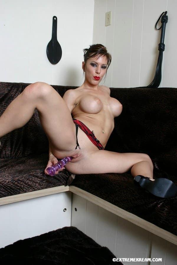 Mulher nua peituda em fotos eróticas de masturbação