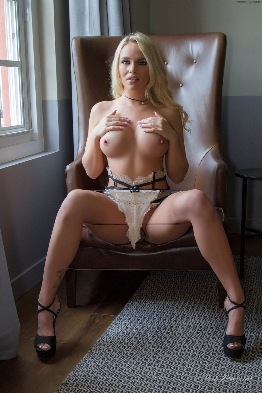 loira pelada gostosa em fotos de masturbacao 4 - Loira pelada gostosa em fotos de masturbação