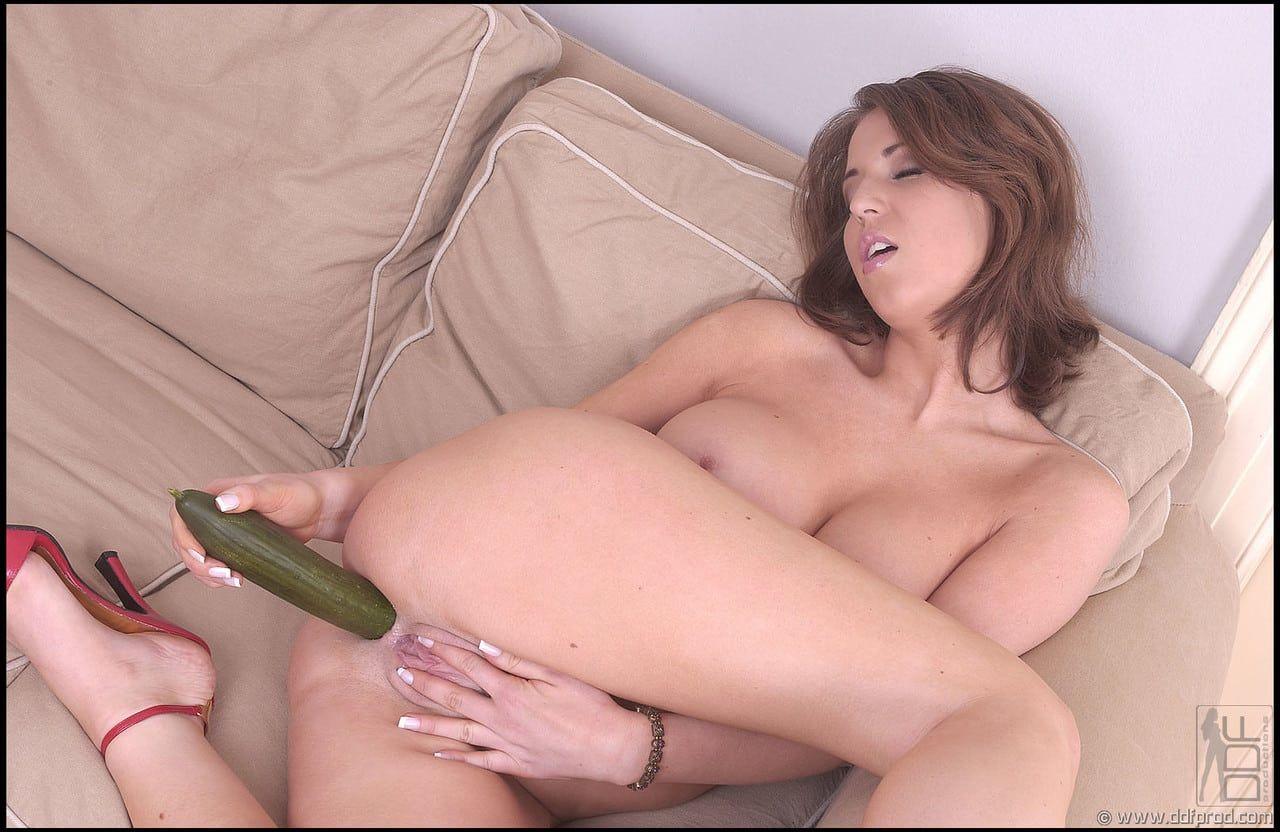 Mulher gostosa carente de pau enfiando um pepino no cu