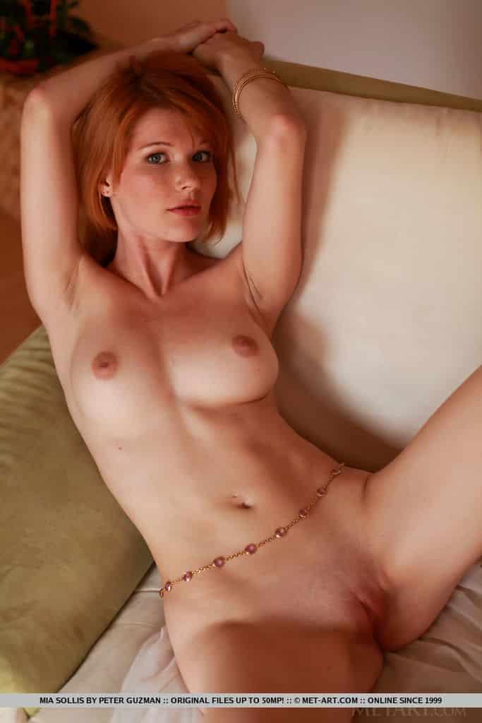 ruiva magrinha pelada em fotos mostrando a buceta 8 - Ruiva magrinha pelada em fotos mostrando a buceta